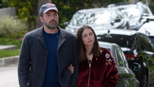 Ben Affleck y Ana de Armas dan un paseo en la ciudad de Los Angeles.