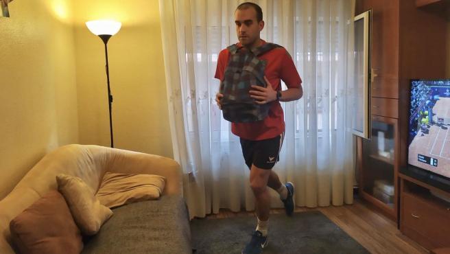 El futbolista aragonés Carlos Javier, del Tarazona, entrena desde el salón de su casa.
