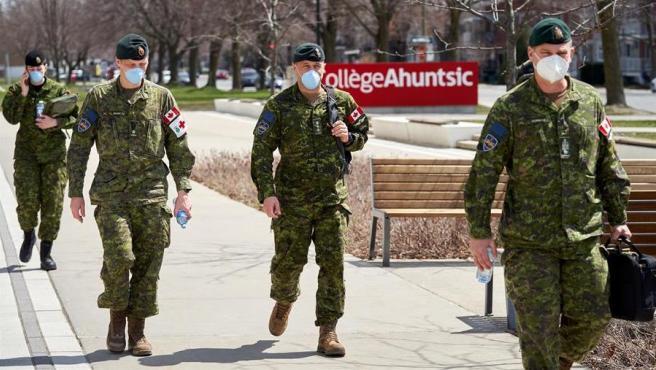 Miembros del Ejército canadiense llegan a un centro de personas mayores dependientes en Montreal, para prestar ayuda ante la pandemia de COVID-19.
