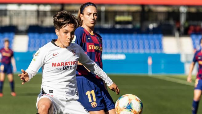 Claire Falknor, del Sevilla Femenino, pugna con Alexia Putellas, del Barcelona.