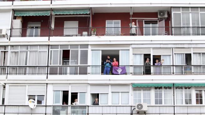 Un vecindario de Madrid aplaude a los sanitarios.