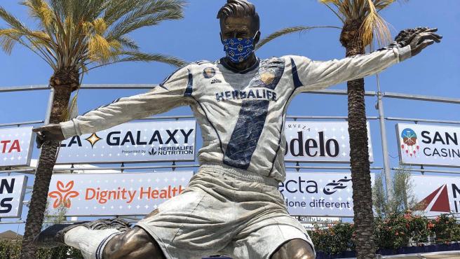 La escultura del exfutbolista, situada en Los Angeles.