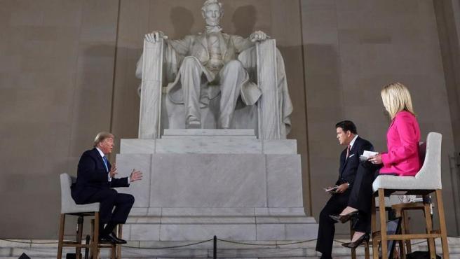 El presidente de EE UU, Donald Trump, en el monumento a Lincoln, en Washington DC, durante un encuentro virtual con votantes emitido por la cadena Fox News.