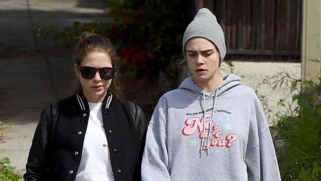 La modelo Cara Delevingne y la actriz Ashley Benson, en marzo de 2020.