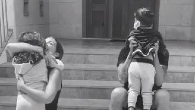 Tamara Gorro y Ezequiel Garay reencontrándose con sus hijos.