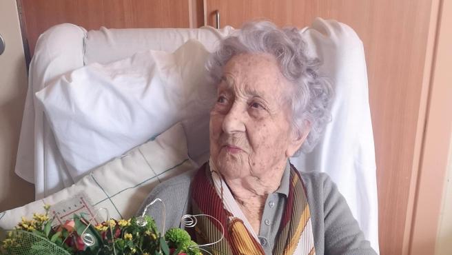 Maria Branyas, de 113 años, con un ramo de flores tras superar la Covid-19 en la residencia Santa Maria del Tura de Olot (Girona).