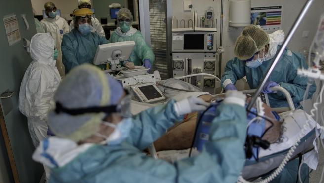 Personal sanitario atiende a un paciente ingresado en la UCI del Hospital Infanta Sofía en Madrid.