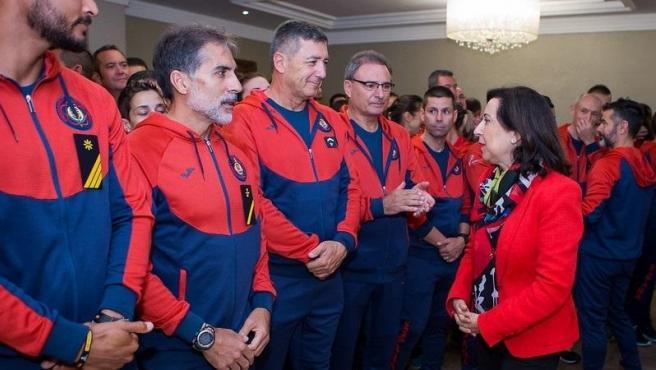 La ministra de Defensa, Margarita Robles, con los atletas militares de los Juegos Mundiales Militares de Wuhan en octubre de 2019.
