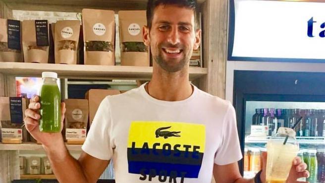 Novak Djokovic, con uno de sus zumos.