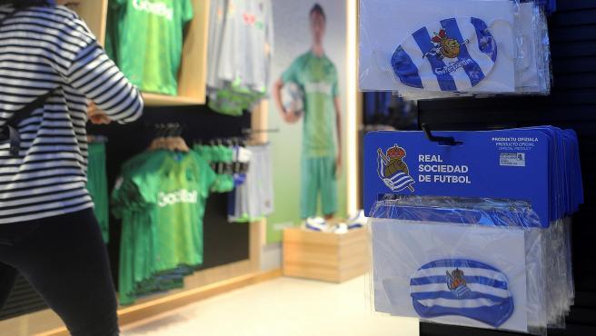 Tienda de la Real Sociedad con mascarillas del equipo.