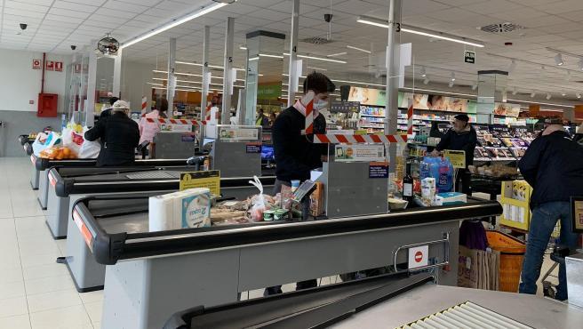 Caixa d'un supermercat de Consum durant la pandèmia