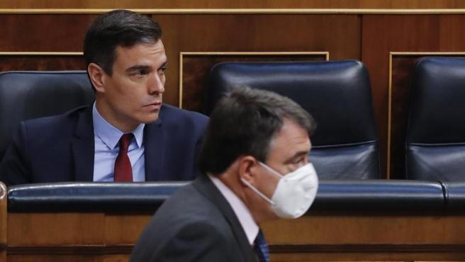 El presidente del Gobierno, Pedro Sánchez, y ante él, Aitor Esteban, del PNV.