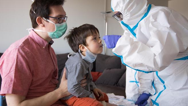 El pequeño Oriol junto a su padre, durante la recogida de las muestras.