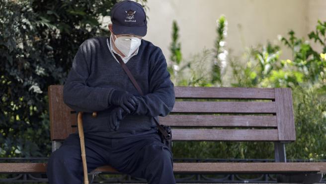 Un hombre por la calle protegido con mascarilla