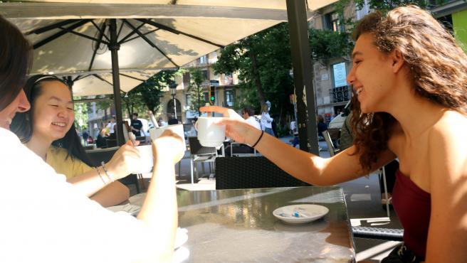 Clientas de una terraza de la Rambla de Catalunya, en el primer día de fase 1 en Barcelona.