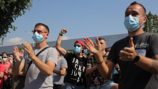 Los trabajadores de Nissan protestan ante la planta de la Zona Franca, esta mañana.