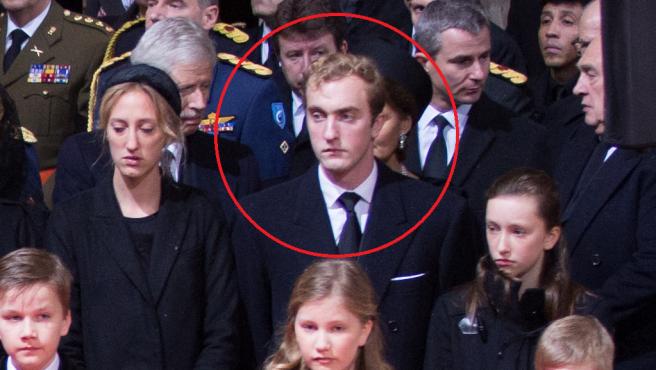 Joaquín de Bélgica, rodeado por un círculo, en el funeral de su tía abuela, la reina Fabiola, en Bruselas.