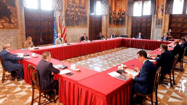 Reunión de representantes autonómicos y municipales, este lunes, en el Palau de la Generalitat.