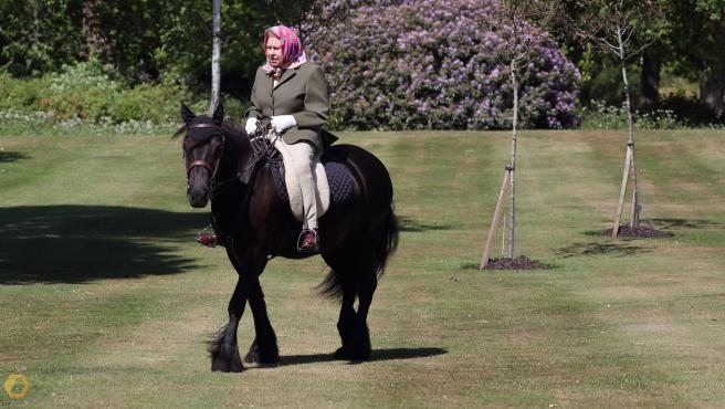 La reina Isabel II a caballo durante el confinamiento.