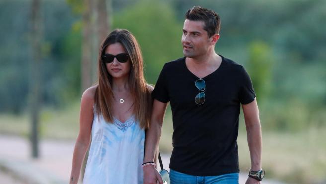 Alfonso Merlos y Alexia Rivas pasean por las calles de Madrid.