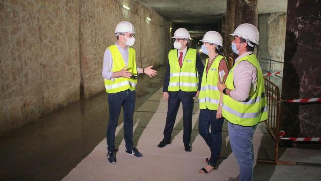 El conseller de Movilidad, Arcadi España, y responsables de FGV, en la visita de este jueves al túnel de la L10.