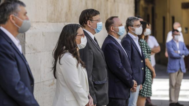El president de la Generalitat, Ximo Puig (c), al costat de la vicepresidenta del Consell i consellera d'Igualtat i Polítiques Inclusives, Mónica Oltra (i), i altres quatre membres del Consell guarden un minut de silenci