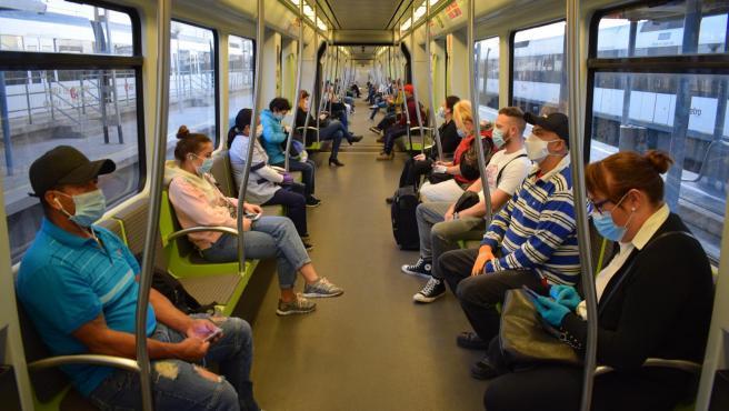 Usuarios con mascarilla en el metro de València.