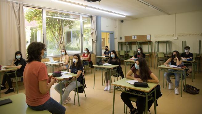Alumnos de segundo de bachillerato del instituto Can Planas, durante una clase de catalán.