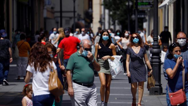 Gente protegida con mascarilla pasea por los comercios de las calles del centro de Córdoba.