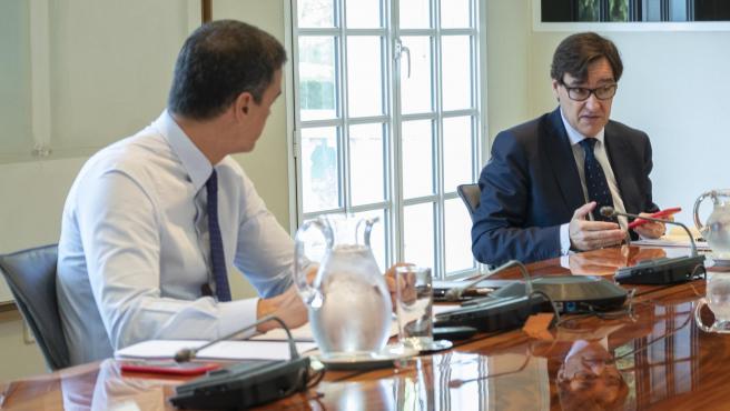 El presidente del Gobierno, Pedro Sánchez, y el ministro de Sanidad, Salvador Illa, en la decimocuarta videoconferencia con los presidentes autonómicos.