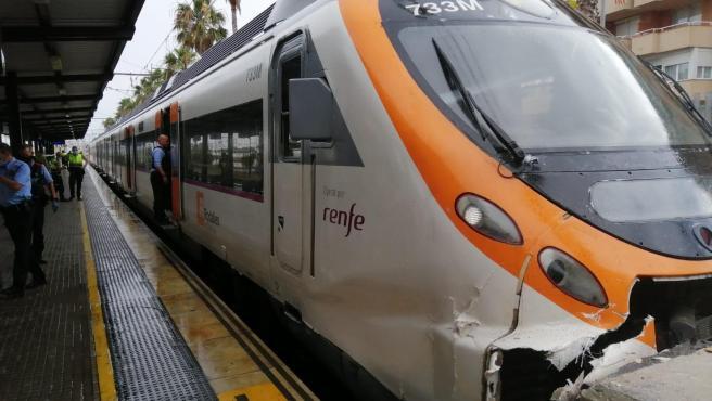 Un tren de Rodalies choca contra el tope de una vía en la estación de Mataró.
