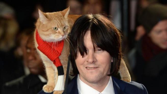James Bowen y su gato Bob durante la presentación de 'A Street Cat Named Bob'.