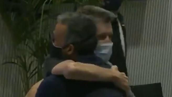 Unzué se abraza con Luis Enrique.