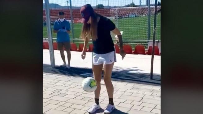Virginia Torrecilla da toques a un balón.