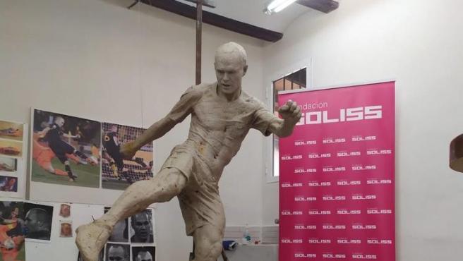 La estatua de Iniesta, ya con pantalones.