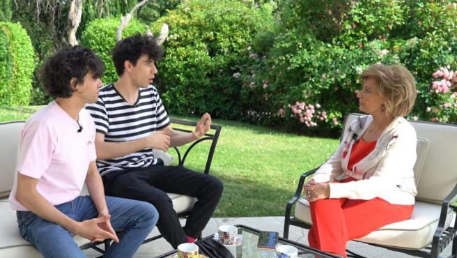 Javier Ambrossi y Javier Calvo le explican a María Teresa Campos su oferta.