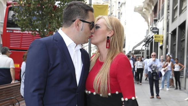 Belen Esteban y Miguel Marcos se dan un beso.