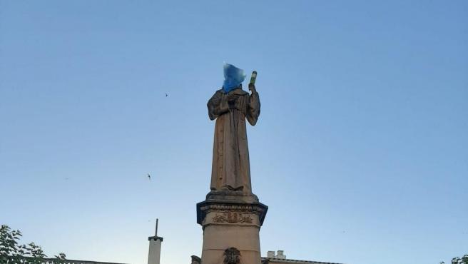 La imagen de Juníper Serra en Petra, su localidad natal, aparece con una bolsa en la cabeza