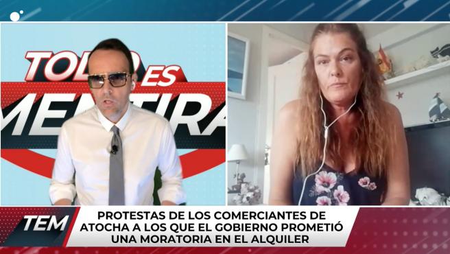 Risto Mejide entrevistando a Adriana, quien tiene una bandera franquista detrás.