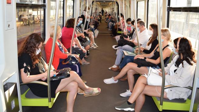 Usuarios del metro de València en el interior de un convoy.