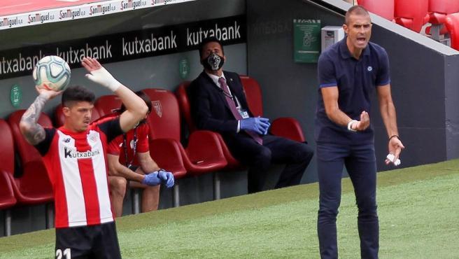 Gaizka Garitano da órdenes durante un partido del Athletic