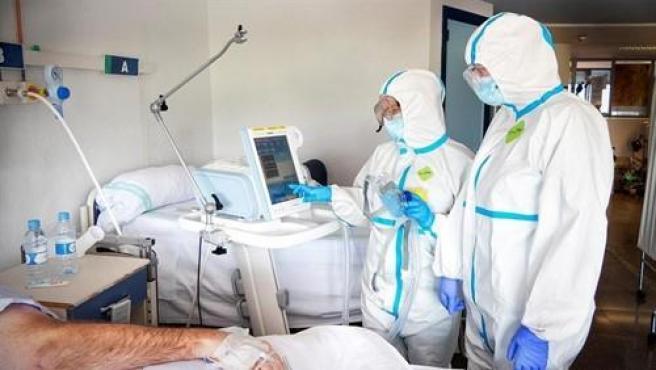 Médicos tratando a un paciente con COVID-19.
