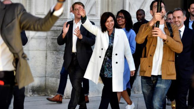 La socialista Anne Hidalgo celebra su victoria, que le permitirá gobernar París seis años más.