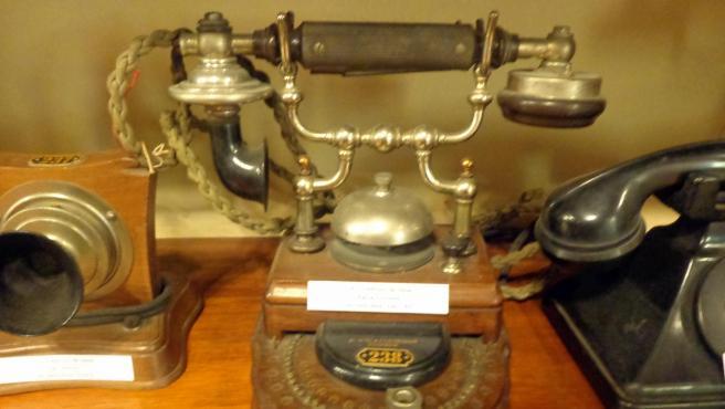 Teléfonos viejos y antiguos. Museo de Los Corrales.Wikimedia Commons