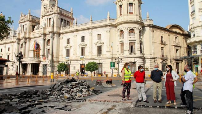 L'alcalde de València, Joan Ribó, i la vicealcaldesa i edil de Desenvolupament Urbà, Sandra Gómez, visiten l'inici de les obres per a la instal·lació del nou paviment de la plaça de l'Ajuntament.