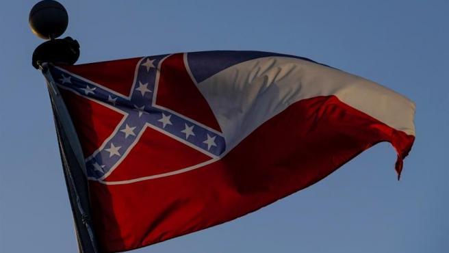 La bandera del estado de Misisipi, en Moss Point (Misisipi, EE UU).