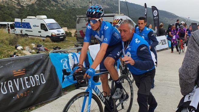 Pep Toni Escandell, ayudando al ciclista Marc Soler durante una Vuelta a la Comunidad Valenciana