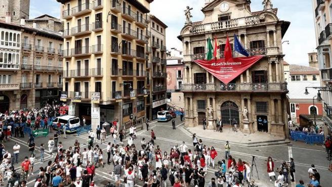"""""""Los Viviremos"""", un gran pañuelo rojo emplaza a los Sanfermines de 2021"""