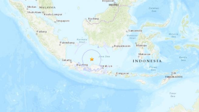 Localización del epicentro del terremoto registrado en el mar de Java, 93 Km al norte de Batang, en Indonesia.