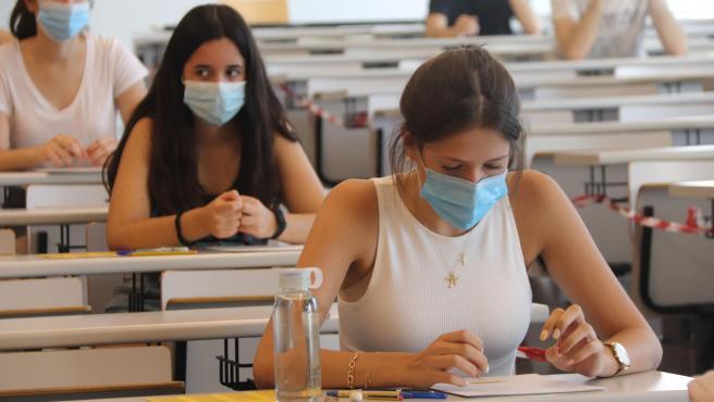 Estudiantes justo antes de comenzar un examen de Selectividad en el Campus Catalunya de la URV.